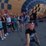El uso de mascarilla volando en globo